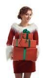 Усмехаясь модельный представлять в студии с подарками Красивейшая девушка santa Стоковые Фотографии RF