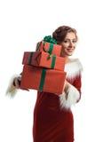 Усмехаясь модельный представлять в студии с подарками Красивейшая девушка santa Стоковая Фотография RF