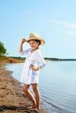 Усмехаясь модная девушка представляя в парке Стоковая Фотография