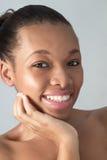 Усмехаясь молодая Афро-американская женщина в студии Стоковое фото RF