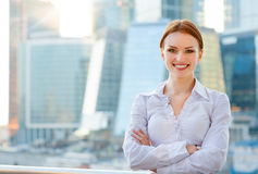Усмехаясь молодая бизнес-леди Стоковые Фото