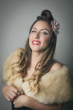 Усмехаясь молодая женщина в модном обруче меха Стоковые Фотографии RF