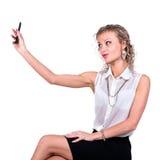 Усмехаясь молодая женщина держа пустой умный телефон Стоковые Фотографии RF