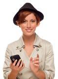 Усмехаясь молодая женщина держа умный сотовый телефон на белизне Стоковые Фотографии RF