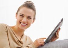 Усмехаясь молодая женщина используя ПК таблетки стоковые фотографии rf