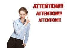 Усмехаясь молодая женщина предупреждая о что-то Стоковые Изображения RF