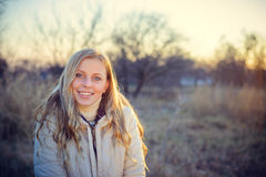 Усмехаясь молодая женщина смотря камеру с голубыми глазами Стоковые Фотографии RF