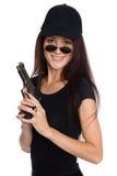 Усмехаясь молодая женщина с оружием стоковое фото