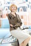 Усмехаясь молодая женщина стоковые изображения rf