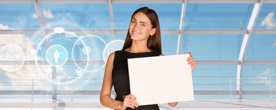 Усмехаясь молодая коммерсантка держа чистый лист бумаги Стоковое Изображение RF