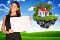 Усмехаясь молодая коммерсантка держа чистый лист бумаги Стоковое Изображение