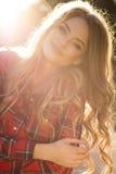 Усмехаясь молодая модель представляя на улице в солнечном дне в summe стоковая фотография
