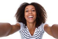 Усмехаясь молодая чернокожая женщина делая selfie Стоковые Изображения RF