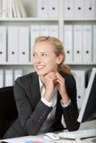 Усмехаясь молодой белокурый портрет коммерсантки стоковая фотография rf