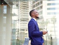 Усмехаясь молодой бизнесмен в городе Стоковая Фотография