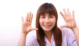 Усмехаясь молодой женский модельный представлять Стоковая Фотография RF