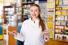 Усмехаясь молодой женский представлять аптекаря Стоковые Изображения RF