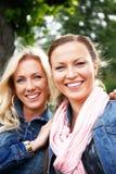 2 усмехаясь молодой женщины в парке Стоковые Изображения