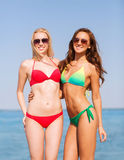 2 усмехаясь молодой женщины на пляже Стоковая Фотография