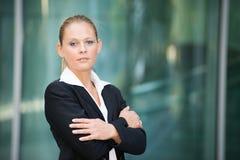 Усмехаясь молодой портрет бизнес-леди стоковое изображение rf