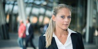 Усмехаясь молодой портрет бизнес-леди стоковая фотография rf