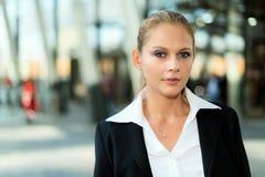 Усмехаясь молодой портрет бизнес-леди стоковые фотографии rf