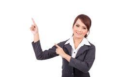 Усмехаясь молодой пункт руки бизнес-леди предложите работу стоковое фото