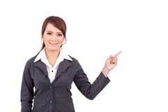 Усмехаясь молодой пункт руки бизнес-леди предложите работу стоковая фотография rf