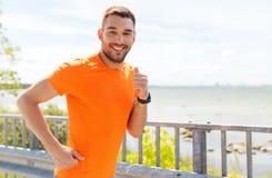 Усмехаясь молодой человек бежать на взморье лета Стоковая Фотография