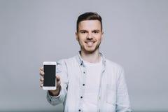 Усмехаясь молодой человек с бородой в белой рубашке стоковые изображения rf
