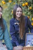 Усмехаясь молодые женщины на пикнике Стоковые Изображения RF