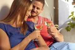 Усмехаясь молодые пары празднуя с вином Стоковая Фотография RF