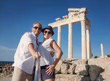 Усмехаясь молодые пары принимают фото selfie на античных руинах Стоковые Изображения RF