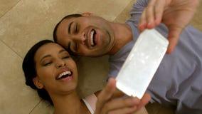Усмехаясь молодые пары принимая selfies акции видеоматериалы