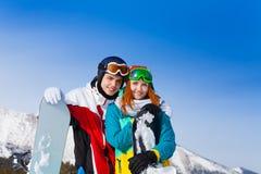 Усмехаясь молодые пары с сноубордами Стоковая Фотография RF