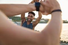 2 усмехаясь молодых sportmen нагревая Стоковое Фото