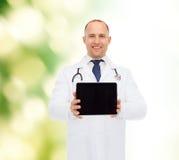 Усмехаясь мужской доктор с ПК стетоскопа и таблетки Стоковое Изображение