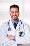 Усмехаясь мужской портрет доктора Стоковая Фотография RF