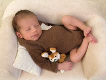 Усмехаясь младенец на кресле стоковое изображение