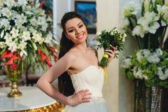 Усмехаясь невеста держа букет Стоковая Фотография RF