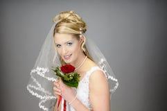 Усмехаясь невеста с букетом Стоковая Фотография RF