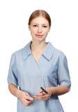 Усмехаясь невропатолог женщины в халате ` s доктора с рефлекторным молотком Стоковые Фото