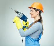 Усмехаясь носить построителя женщины защищает шлем и равномерное удерживание Стоковые Изображения