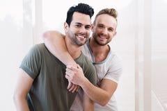 Усмехаясь обнимать пар гомосексуалиста Стоковое фото RF