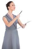Усмехаясь обольстительная модель указывая с ручкой стоковое изображение rf