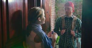 Усмехаясь один другого милых пар говоря стоя противоположный во входе видеоматериал