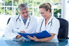 Усмехаясь доктора работая совместно на их файле Стоковые Изображения RF
