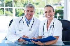 Усмехаясь доктора работая совместно на их файле Стоковые Изображения