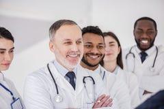 Усмехаясь доктора стоя в поликлинике Стоковое фото RF