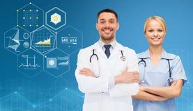 Усмехаясь доктора с стетоскопами над диаграммами Стоковое Изображение RF